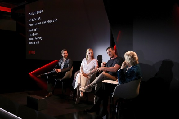 ROME, ITALY - APRIL 18: (L-R) Daniel Bruhl, Dakota Fanning, Luke Evans and Piera Detassis attend The Alienist panel during Netflix 'See What's Next' event at Villa Miani on April 18, 2018 in Rome, Italy. (Photo by Ernesto S. Ruscio/Getty Images for Netflix) *** Local Caption *** Daniel Bruhl; Dakota Fanning; Luke Evans; Piera Detassis